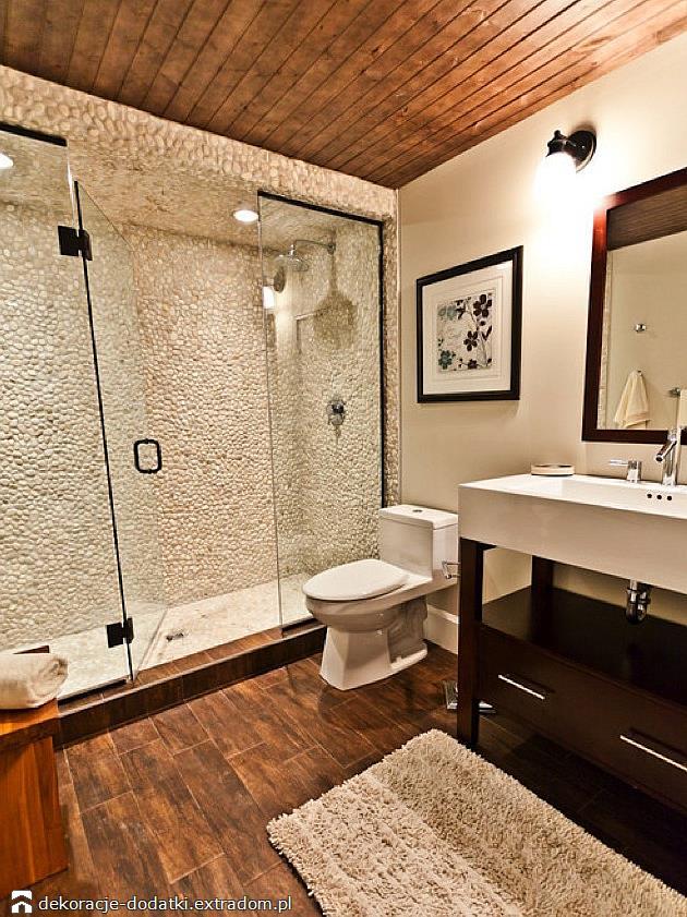 Mozaika i drewno w łazience