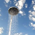 Zmyj swoje zmęczenie pod fajnym prysznicem