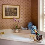 Jak zaaranżować łazienkę z oknem?