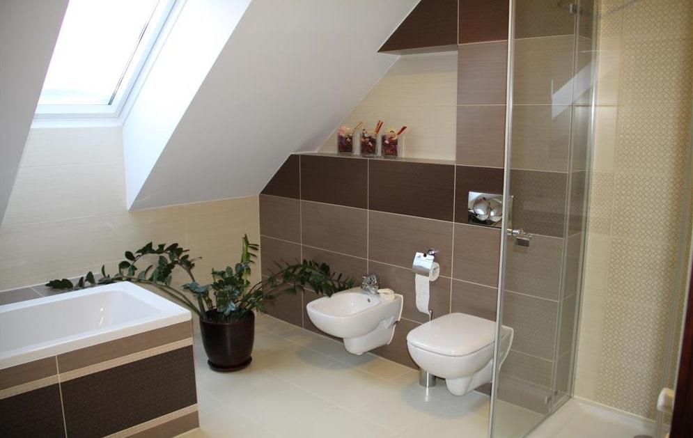 łazienka z toaletą podtynkową